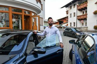 Im Bild sieht man den erleichterten Autohändler Halil mit dem sichergestellten 64.000 Euro teuren BMW.