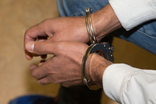 Der aggressive Gast wurde von der Polizei mit Handfesseln abgeführt.