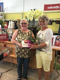 Shop-Mitarbeiterin Gabriele Dengler (r.) überreicht Brigitte Schrötter ein kleines Dankeschön.