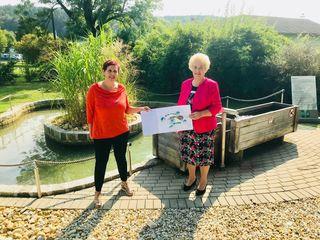 SPÖ-Ortsvorsitzende Sylvia Heschl (links) bekam für den Fall der Barfußweg-Errichtung von Dorferneuerungs-Landesrätin Verena Dunst eine Förderung in Aussicht gestellt.