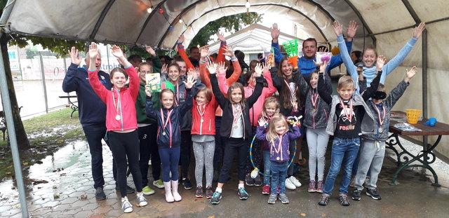 Die begeisterten Teilnehmerinnen und Teilnehmer am Kindertenniskurs mit ihren Eltern und Trainern.