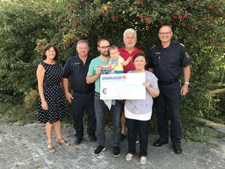 Die Kollegen der GriPoAG übergab Familie Peham/Schenk eine Spende von 9.700 Euro.