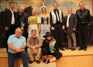 Daniel Tauber gemeinsam mit Intendant Josef Krenmair, Seniorenbundobmann Josef Breitwieser, Vizebürgermeister Rudolf Krautgartner und den Schauspielern der Kammerbühne.