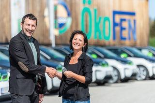 Stefan Ortner übergibt einer Mitarbeiterin die E-Car-Schlüssel.