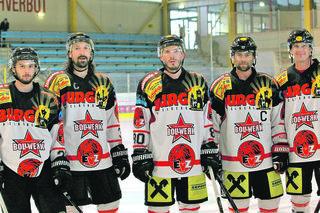 Die EVZ-Neuzugänge Manuel Stuhlpfarrer, Robert Rohrer und Florian Dinhopel mit Neo-Kapitän Gerald Koller und Daniel Forcher (v. l.).