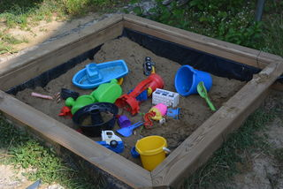 """Ein Garten mit Sandkiste, Schaukel und Rutsche ist von Vorteil. """"Kinder müssen raus, sie brauchen Bewegung"""", erklärt die Tagesmutter Tanja Köck. Sie macht mit ihren Betreuungskindern auch regelmäßig Ausflüge und fördert auch das freie Spiel."""