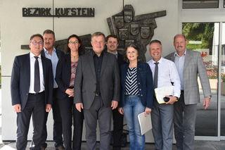 Landesrat Bernhard Tilg (4.v.l.) mit den Obleuten der Planungsverbände des Bezirks Kufstein sowie Katrhin Eberle (3.v.l) und BH Christoph Platzgummer. (2.v.r.)