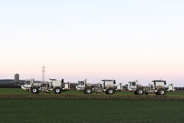 Mit diesen Fahrzeugen ist die OMV unterwegs, um den Untergrund auf Gasvorkommen zu messen.