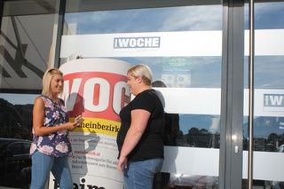 Unsere redaktionelle Mitarbeiterin Julia Astner bei ihrer täglichen Arbeit bei der WOCHE. Interviews und Fotografieren gehören ebenso dazu wie das Recherchieren und Schreiben von lokalen Nachrichtenbeiträgen