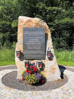 In Gedenken an die Polizisten Johann Ecker, Manfred Daurer und Roman Baumgartner sowie den Rettungssanitäter Johann Dorfwirth.