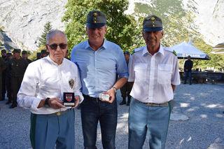 Tiroler Kaiserjäger Mitglied  Verteitigungsminister Mario Kunasek mit Kaiserjäger-Major Christain Haager und Hauptmann Eduard Posch.
