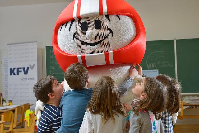 Die Kinder sind von Helmi begeistert.