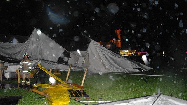 Zwei der Zelte für den Almabtrieb in Söll wurden aus der Grundverankerung gerissen, kippten um und blieben schwer beschädigt im Feld liegen.