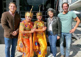 """Organisator NR Christian Kovacevic mit zwei balinesischen Tänzerinnen, Bürgermeisterin Hedi Wechner und Organisator Klaus Ritzer (""""komm!unity"""") (v.l.) freuten sich über die zahlreichen Gäste."""