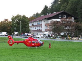 Der 26-Jährige wurde mit dem Rettungshubschrauber in die Klinik nach Innsbruck eingeliefert.