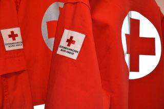In einer Rot-Kreuz-Uniform begingt der Verdächtigte seine Taten.
