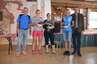 Bewältigten die Steinplan-Trophy im Alleingang: Anna Bergmann, Nicole Müllner und Justina Streibl. Am Foto mit OK-Chef Manfred Mühlthaler (l.) und Bgm. Christian Wolf.
