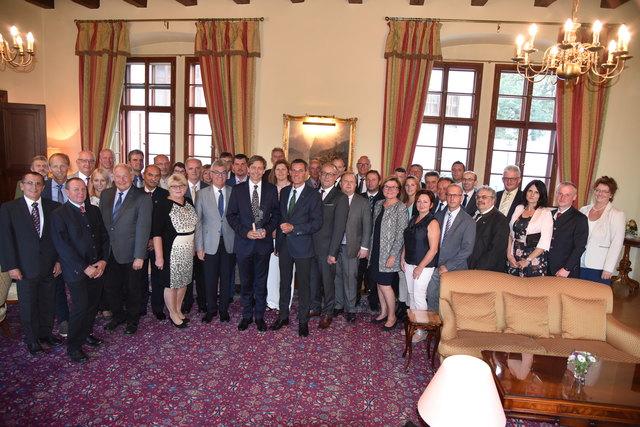 Die Bürgermeister, Vizebürgermeister sowie Stadtamtsdirektoren und Gemeindesekretäre mit Botschafter Alexander Grubmayr und Bezirkshauptmann Stefan Grusch.