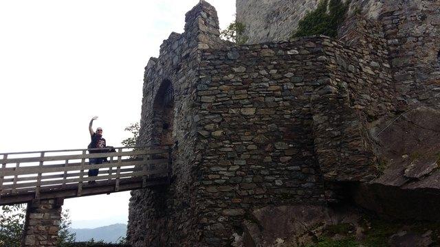 ...über diese Brücke, die über einen tiefen Graben führt, erreicht man die Toranlage der Burg Sommeregg