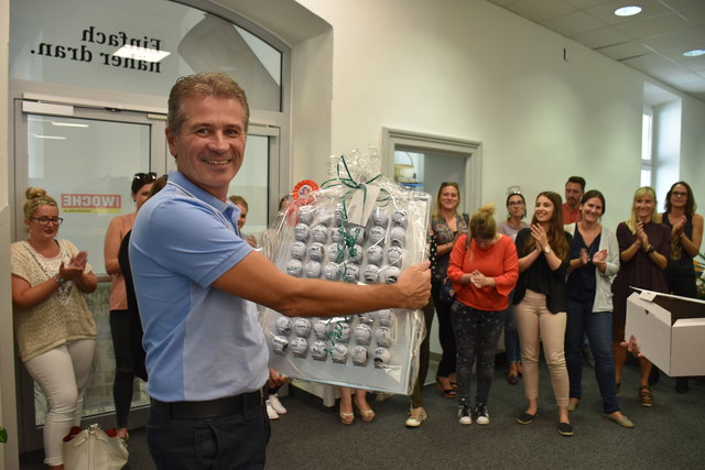 50 Golfbälle mit allen Mitarbeiter-Signaturen zum 50er des Jubilars: Markus Galli, der Geschäftsführer der WOCHE Kärnten und leidenschaftlicher Golfer, feiert seinen 50. Geburtstag im Kreise seines gesamten Teams