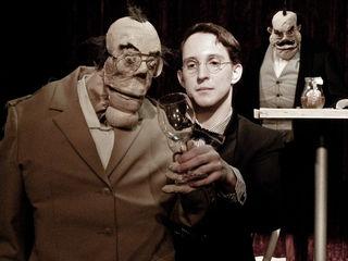 """Nikolaus Habjan hat den """"Herrn Karl"""" textlich aktualisiert und auf drei Puppen verteilt."""
