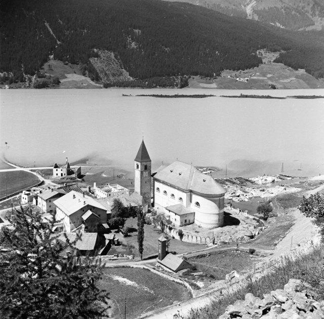 Reschensee: Alt-Graun und Teile von Reschen versanken in den Fluten des neuen Stausees.