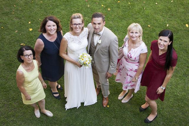Von links: Andrea Chalupar (FidW), Elvira Fleischanderl (FidW), Brautpaar Verena und Daniel Ebenhofer, Anita Trenda (FidW) und Miriam Zellinger (Lester Hof).