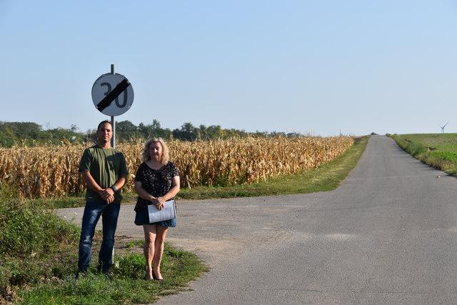 Die Initiatoren des Antrags, Edith Pawlik und Thomas Wiesinger am  Rand der Siedlung. Dahinter sollen sieben Windräder gebaut werden.