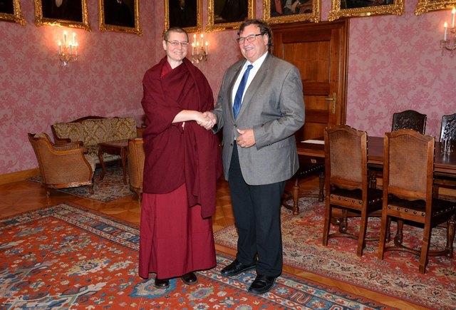 Das buddhistische Religionsoberhaupt Chöje Lama Gelongma Palmo und Vizebürgermeister Ing. Franz Gunacker im Bürgermeisterzimmer des Rathauses.