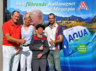 Aquavital Charity-Golfturnier:  Leo und Maria Schriefl , Raphael Schmid und Günter Omer. Für den an ein einer schweren Hauterkrankung leidenden Raphael konnten 3.500 Euro gesammelt werden.
