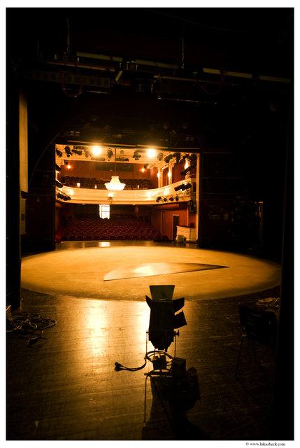 Wer möchte mal den Blick von der Bühne riskieren? Das Landestheater NÖ sucht Komparsinnen.