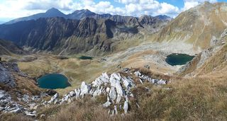 Unten der Rantensee, links der Hinterkarsee und rechts der Wiegenkarsee, dahinter der Mitterberg und ganz hinten der Preber und das Roteck