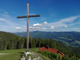 Am Gipfel der Hohen Scheibe, die kleine gastliche Hütte in Griffweite, der Blick aufs Stuhleck und die Fischbacher Alpen.