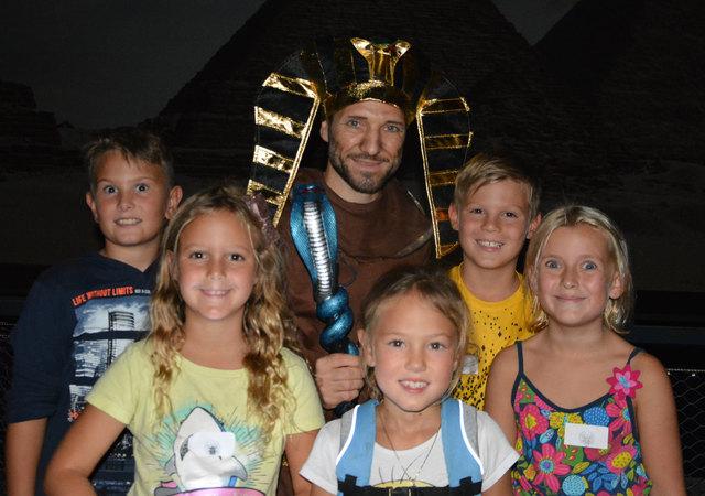 Oskar, Emily, Kiara, Kilian und Valentina mit dem Pharao (Josef Borbely)