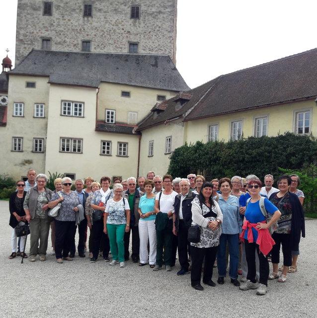 Reisegruppe im Burghof