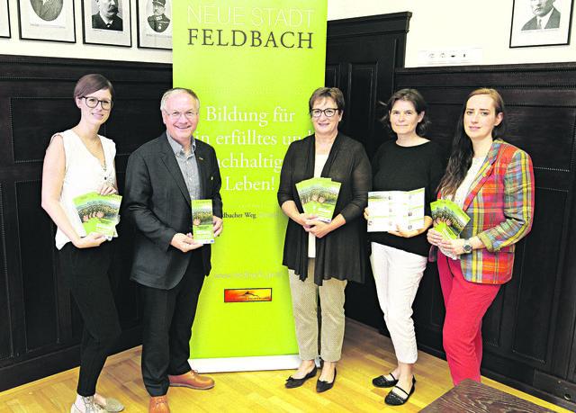 Frauenpower hat das vielfältige Bildungsprogramm ermöglicht: Martina Sundl, Vizebürgermeisterin Rosemarie Puchleitner, Ursula Krotscheck und Bettina Mackowski (v.l.) mit Bürgermeister Josef Ober.