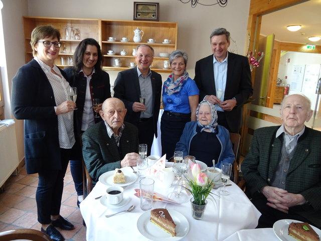 Den 105. Geburtstag feierte Josef Schadler (vorne, l.) heuer im Kreise der Angehörigen und auch einiger Ehrengäste.