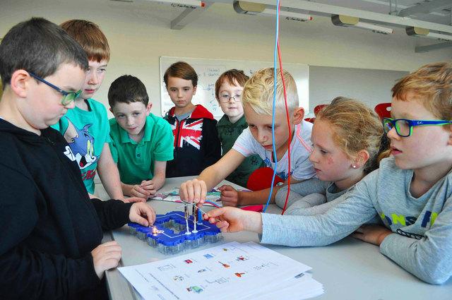 """In Stockerau werden aus wissbegierigen Kindern """"Junior Wissenschaftler""""."""