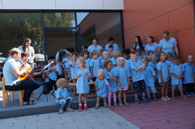 Die Kinder vom Kneippkindergarten Frauental eröffneten selbst ihre neue Kinderkrippe mit einem Lied.