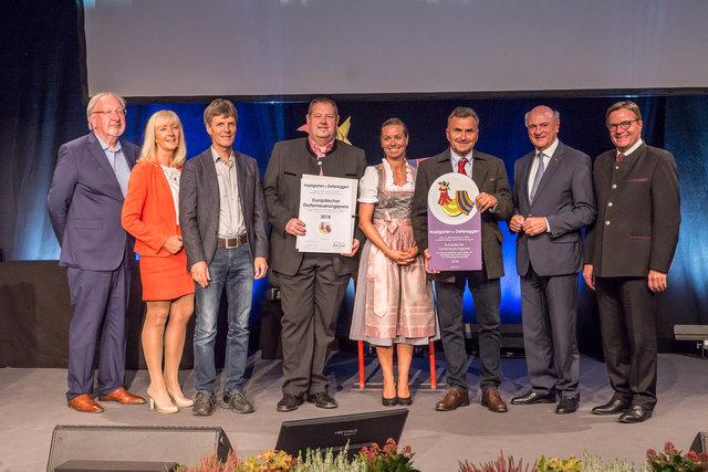 Der Bürgermeister von Hopfgarten im Defereggental Franz Hopfgartner (3.v.re.) und Bürgermeisterstellvertreter Markus Tönig (4.v.l.) nahmen den Preis für nachhaltige Dorfentwicklung entgegen.