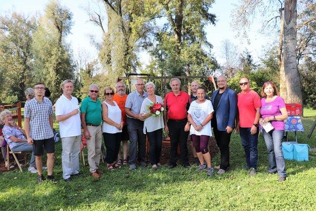 Einstimmiger Beschluss: Bgm. Helmut Walch und Familie Egger (Bildmitte) feierten mit GR die Umsetzung des Outdoor-Parks am See.