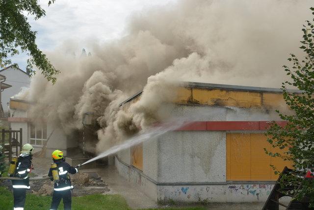 Die Feuerwehren kämpften mehrere Stunden gegen den Brand.