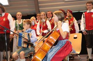 Das Musikprogramm gestalteten Kinder, Musikschüler und die Musikkapelle.