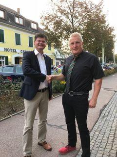 """Vizebürgermeister Bernhard Koller heißt """"Heimkehrer"""" Ernst Eder im Feldbacher Gemeinderat willkommen."""