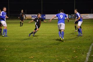 Zederhaus (in Blau) gewinnt einen Punkt gegen den Tabellenführer aus Piesendorf.