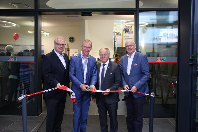 AK-Präsident Josef Pesserl (2.v.l.), Direktor Wolfgang Bartosch (r.) mit ÖGB-Chef Horst Schachner (l.) und Bürgermeister Josef Ober.
