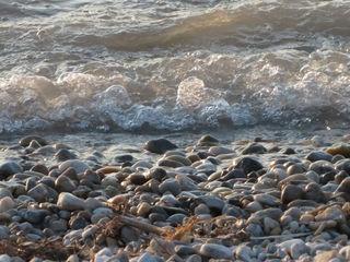 19.09.2018 Die Welle trifft aufs Ufer. Mit etwas Fantasie kann man verschiedene Gestalten erkennen ?