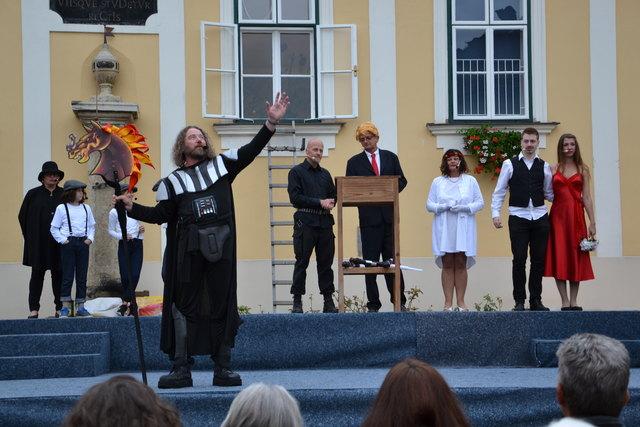 """Perfekt inszeniertes Bühnenstück vom """"feurigen Reiter"""" vor dem Pinkafelder Stadtmuseum"""