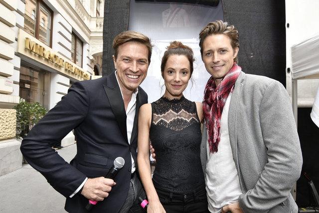 Moderator Robert Steiner mit den Musicalstars Marjan Shaki und Lukas Perman