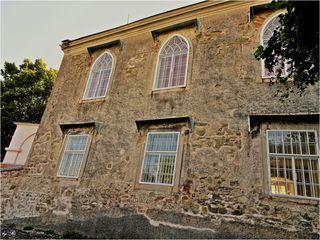Wunderschöner Fassadenbereich mit besonders aufwendiger Fenstergestaltung